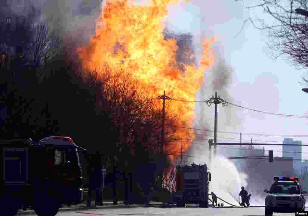 تلاش آتش نشانی برای خاموش کردن یک آتش بعد از انفجار خط لوله گاز طبیعی در پکن چین.