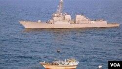 Kapal perusak USS Kidd merespon permintaan bantuan dari kapal nelayan Iran, Al Molai di Laut Arab (5/1). AL Amerika berhasil menahan 15 perompak yang menyandera warga Iran di kapal tersebut.