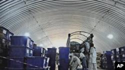 افغانستان میں الیکشن کمیشن کے اہلکار ٹرک میں بیلٹ باکس رکھتے ہوئے (فائل فوٹو)