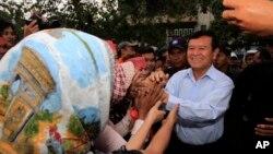 Phó Chủ tịch đảng Cứu quốc Campuchia chào các ủng hộ viên trong cuộc biểu tình ở Phnom Penh hôm 16/12/13