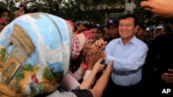 Cambodia National Rescue Party Deputy President Kem Sokha greets supporters during a rally in Phnom Penh, file photo.