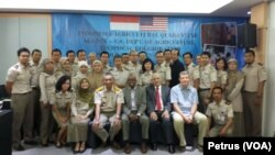 Foto bersama para petugas karantina tumbuhan Indonesia, peserta pelatihan teknik penanganan pendinginan oleh Departemen Pertanian Amerika Serikat di Surabaya, 6 September 2016 (Foto: VOA/Petrus)