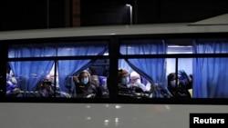 Autobus u kojem se nalaze američki državljani koji će avionima biti prevezeni u SAD