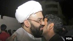Sheik al-Nouri, ulama Syiah Bahrain yang sempat ditahan, disambut oleh pendukungnya saat dibebaskan oleh pemerintah, Rabu (23/2).