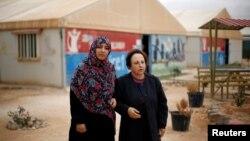 Pemenang Hadiah Nobel Perdamaian Tawakkol Karman dan Shirin Ebadi saat mengunjungi kamp pengungsi Al Zaatari di Yordania dekat perbatasan Suriah, 30 November 2016. (Foto: dok).