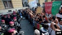Para migran dari Suriah dan Afghanistan menuntut agar mereka bisa melakukan perjalanan ke Jerman dalam protes di luar stasiun kereta di Budapest, Hungaria Rabu (2/9).