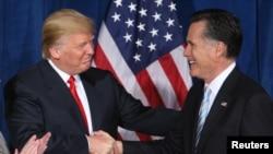 Ông Donald Trump và ông Mitt Romney trong một cuộc gặp ở Las Vegas năm 2012.