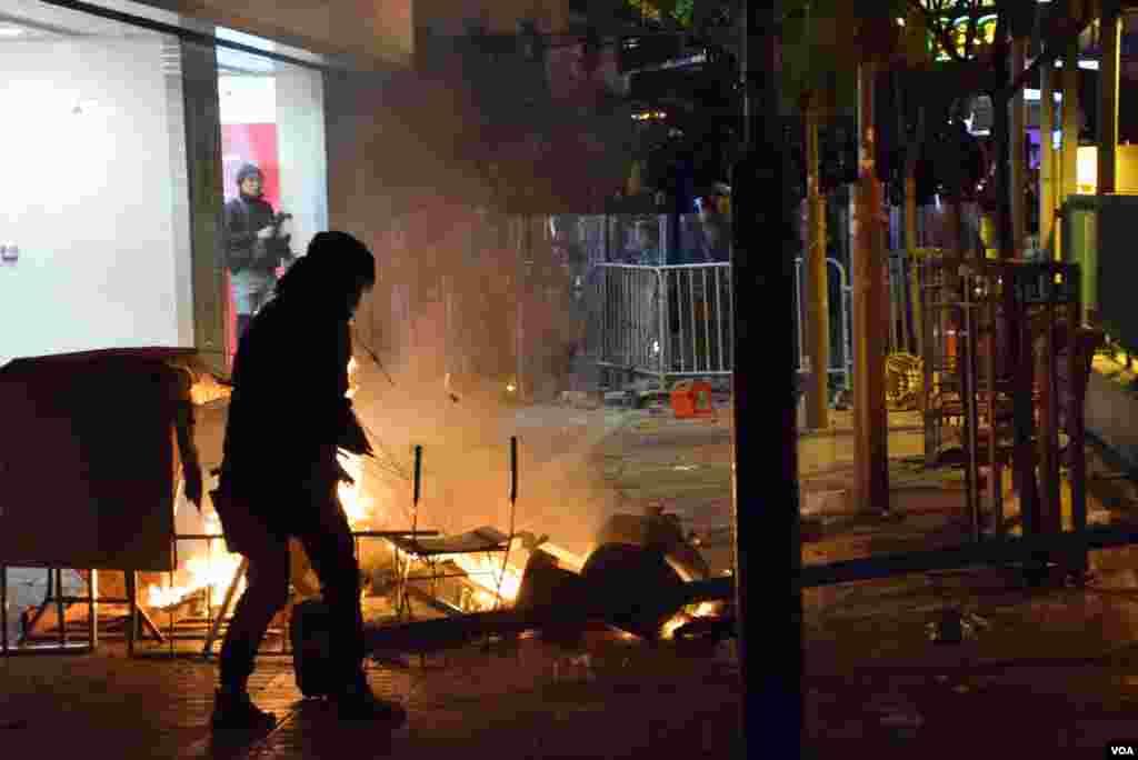 有示威者隔著火堆及障礙物與防暴警察對峙。(美國之音湯惠芸)