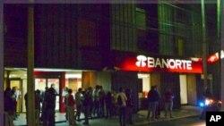 ຜູ້ຄົນໄດ້ພາກັນແລ່ນອອກໄປຢູ່ຕາມຖະໜົນສາຍຕ່າງໆ ຂອງນະຄອນຫລວງ Mexico City ໃນວັນທີ 10 ທັນວາ, 2011 ລຸນຫລັງມີເຫດການແຜ່ນດິນໄຫວທີ່ມີຄວາມແຮງ 6.7 ຣິກເກີ