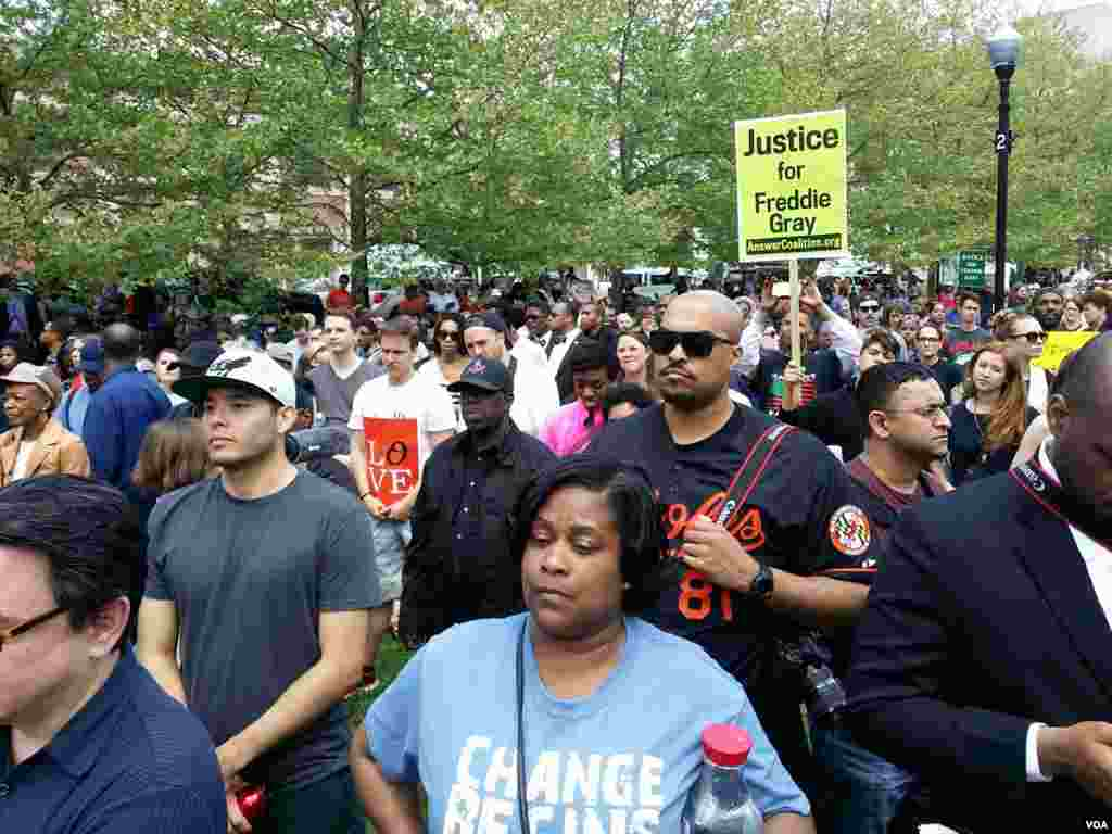 Crowds march against police brutality and in support of Baltimore in Baltimore, Maryland, May 2, 2015. (R. Muntu/VOA)