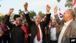 Demonstran meneriakkan slogan menentang pemerintah Turki saat demo menuntut penarikan pasukan Turki dari Irak utara, di Basra, Irak, 18 Desember 2015.