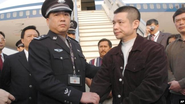 Một nghi phạm Trung Quốc bị bắt ở Mỹ và giải về nước.