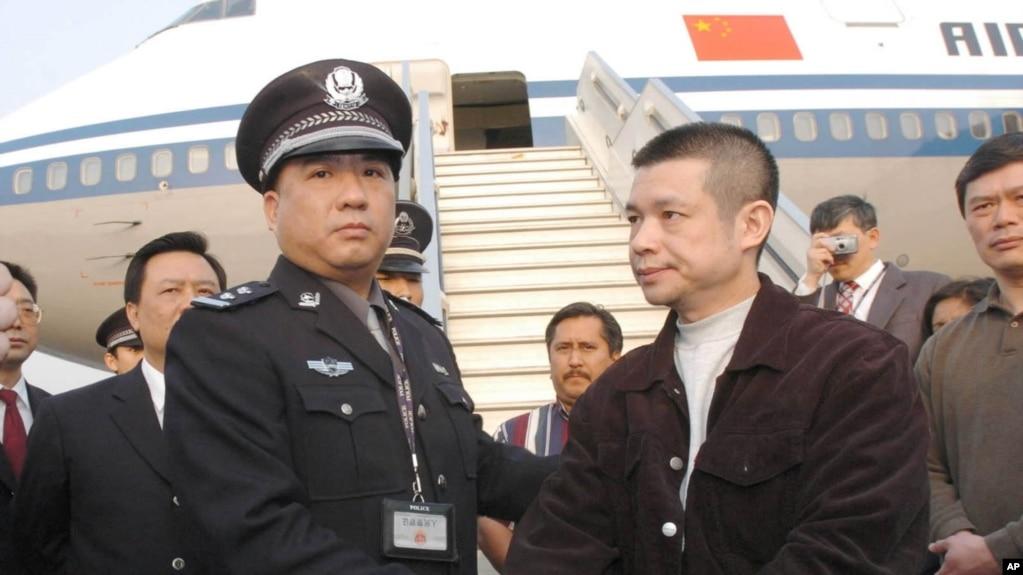 被指貪污4.85億美元的中國銀行廣東開平支行前行長余振東被美國遣返後在北京機場被捕(2004年4月16日)