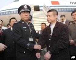 2004年 ,余振东被美国遣返后在北京机场被捕。中国银行广东开平支行原行长余振 东2001年因涉嫌经济犯罪逃往美国,2004年,美国法庭判处他非法入境、非法移民 以及洗钱罪后,通过移民法庭将其递解出境