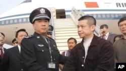 2004年 ,余振东被美国遣返后 在北京机场被捕(资料照)