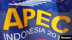 Spanduk penyelenggaraan Forum Kerjasama Ekonomi (APEC) di Nusa Dua, Bali (4/10).