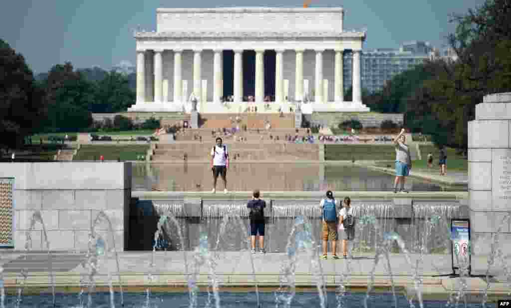 بازدید گردشگران از بناهای یادبود آمریکا از جمله لینکلن و جنگ جهانی دوم در پایتخت آمریکا