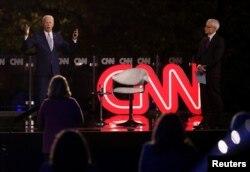 Joe Biden akijibu maswali kutoka kwa washiriki wa mkutano ulioandaliwa na Kituo cha Televisheni CNN ulioongozwa na mtangazaji wa kituo hicho Anderson Cooper