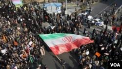 د دوشنبې په ورځ زرګونه ایرانیانو د حکومت په ننګه مظاهره وکړه