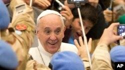 Le papa François saluant des officiers argentins, le 28 janvier 2015.