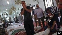 埃及人悼念他们在暴力冲突中死去的家人