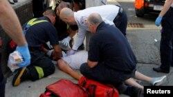 医护工作者正在抢救一名因吸食毒品过量在街头不省人事的男子(资料照)