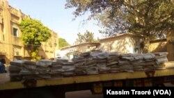 La police a saisi 196 kg de cannabis dans un camion, à Bamako, Mali, le 7 novembre 2017. (VOA/Kassim Traoré)