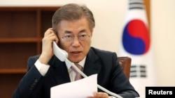 ທ່ານ Moon Jae-in, ປະທານາທິບໍດີເກົາຫລີໃຕ້ລົມກັບ ທ່ານ Xi Jinping, ປະທານປະເທດຈີນທາງໂທລະສັບ ຢູ່ສໍານັກງານປະທານາທິບໍດີສີຟ້າ ໃນນະຄອນຫລວງ Seoul ຂອງເກົາຫລີໃຕ້ ໃນວັນທີ 11 ພຶດສະພາ, 2017.