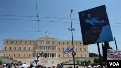 Pekerja pemerintah maupun swasta Yunani turun ke jalan-jalan.