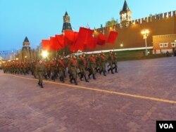 5月4日,历史方队进入红场 (美国之音白桦拍摄)