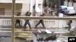 Humus'da ev ev rejim karşıtlarını arayan askerler