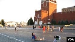 越来越多的中国人来俄罗斯。莫斯科红场上的中国游客(美国之音白桦拍摄)