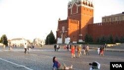越來越多的中國人來俄羅斯。莫斯科紅場上的中國遊客(美國之音白樺拍攝)