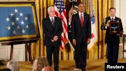 Presiden Barack Obama saat menyerahkan penghargaan anumerta kepada Ray Kapaun (kiri), kemenakan dari Pendeta Emil Kapaun hari Kamis (11/4).