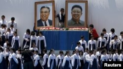 지난 2015년 5월 일본 도쿄에서 열린 조총련 창단 60주년 행사에 학생들이 한복을 입고 참석했다. 무대 위에 김일성, 김정일 초상화가 설치되고 있다.