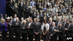 Predsednik Obama sa suprugom i drugim visokim ličnostima na početku komemoracije žrtvama pucnjave u Tusonu, u Arizoni