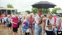En Florida, más de uno de cada cinco votantes era mayor de 65 años en 2008. En esta foto de 1996, personas de la tercera edad eran llevadas a los locales de votación.