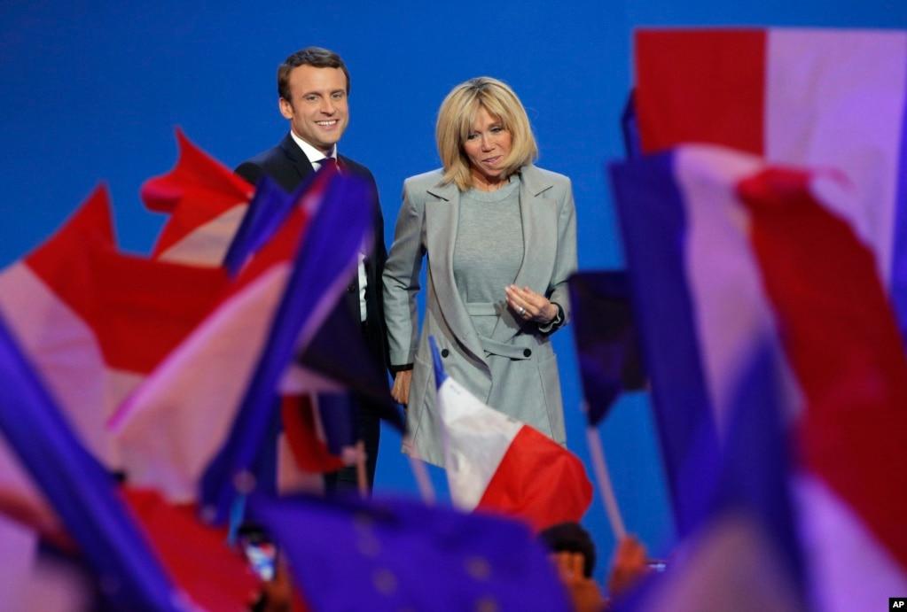 法蘭西曆史上最年輕的總統候選人馬克龍和夫人布麗吉特在大選之夜對支持者微笑(2017年4月23日)。 布麗吉特曾是馬克龍的中學老師,比他大24歲,認識馬克龍的時候已經是三個孩子的母親。