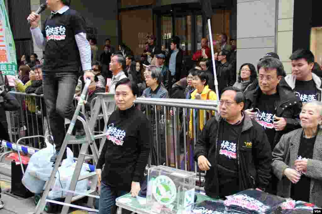 民主党主席刘慧卿、前主席何俊仁在街摊前(美国之音海彦拍摄)