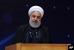 """ປະທານາທິບໍດີຮາສຊານ ຣູຮານີ (Hassan Rouhani) ຂອງອີຣ່ານກ່າວຄຳປາໄສ ໃນພິທີເປີດງານ """"ວັນເທັກໂນໂລຈີດ້ານນີວເຄລຍແຫ່ງຊາດ"""" ທີ່ນະຄອນເຕຫະຣ່ານ, ວັນທີ 9 ເມສາ, 2019"""