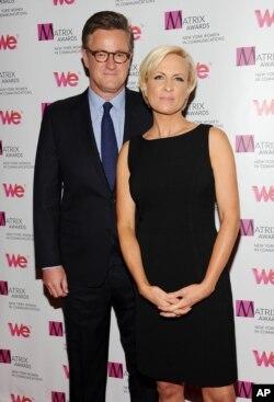 """Joe Scarborough y Mika Brzezinskyi, presentadores del programa """"Morning Joe"""" de la cadena de televisión por cable MSNBC."""