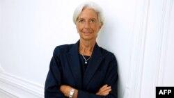 IMF Başkanı Christine Lagarde Paris'te gazetecilere istifa etmeyeceğini açıklarken