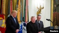 دونالد ترمپ پنجشنبه شب به وقت واشنگتن با شرکت در مراسمی یادبود از حمله بر نظامیان امریکایی، میزبان خانواده قربانیان بم گذاری ۱۹۸۳ بیروت، پایتخت لبنان، بود