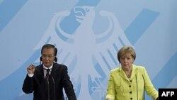 Thủ tướng Đức Angela Merkel, phải, và Thủ tướng Trung Quốc Ôn Gia Bảo tham dự 1 cuộc họp báo ở Berlin, Đức, 28/6/2011