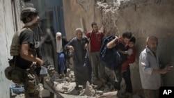 30일 이라크 정부군이 모술 올드시티에서 ISIL 거점으로 진격하자 민간인들이 교전을 피해 달아나고 있다.