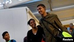 Una familia venezolana sonríe al cruzar la frontera entre Perú y Chile en noviembre de 2017. Ahora, viajar a Chile se ha vuelto más complicado para los venezolanos.