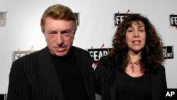 Archivo - En esta foto del 30 de octubre de 2006, se ve al escritor y director Larry Cohen, y su esposa Cynthia Cohen en Los Ángeles, California.