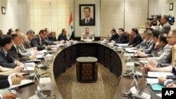 반군 측 합류를 선언하며 요르단으로 망명한 리아드 히자브 시리아 총리(중앙) .