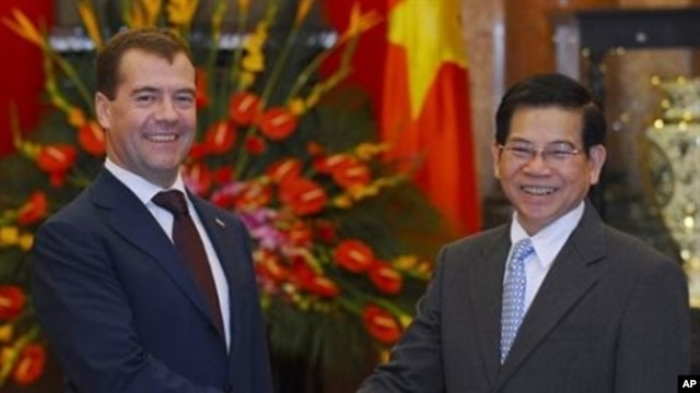 Visiting Russian president Dimitry Medvedev (L) shakes and with his Vietnamese counterpart Nguyen Minh Triet during an official welcoming ceremonyat the presidential palace in Hanoi, 31 Oct 2010