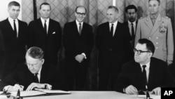 Američki ambasador Llewellyn E. Thompson i ministar spoljnih poslova SSSR-a Andrej Gromiko potpisuju sporazum o neširenju nuklearnog naoružanja, 1. juli 1968.